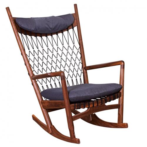 Кресло от дървена конструкция в цвят орех и тъмносини възглавници