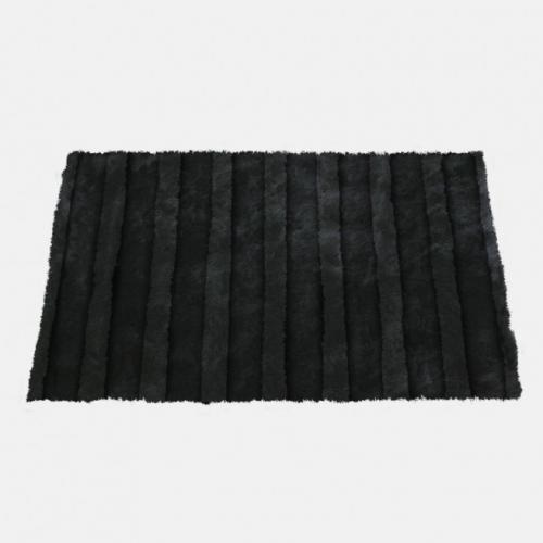 Килим в черен цвят и с релеф